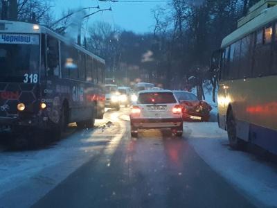 У Чернівцях на слизькій дорозі легковик врізався в тролейбус