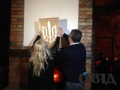 Мати поляка, який спалив тризуб у каміні ресторану Тернополя, купила новий герб і повернула його закладу