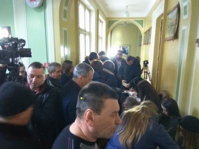 У Чернівцях кілька сотень мешканців зібралися на збори з відкликання 6 депутатів міськради