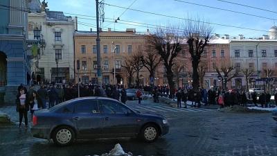 Під мерією Чернівців група людей влаштувала мітинг проти відкликання депутатів міськради