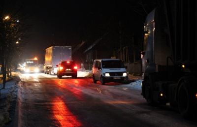 На Буковині через ожеледицю на підйомі застрягли дві вантажівки (ФОТО)