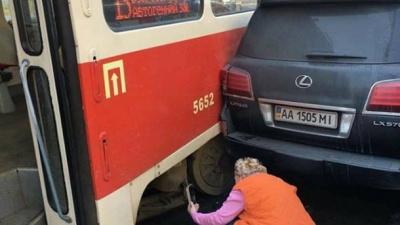 У Києві зійшов з рейок трамвай і в'їхав у позашляховик: фото