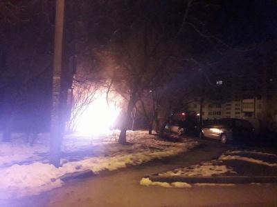 У Чернівцях посеред ночі під житловим будинком загорівся легковик