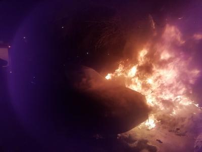 Згоріла вщент. У мережі з'явились фото з іномаркою, яка горіла цієї ночі в Чернівцях
