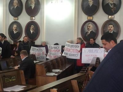 «Ні черговому гіпербуду»: підприємці розповіли, чому прийшли пікетувати Чернівецьку міськраду