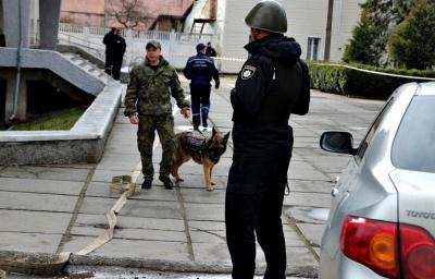 На Буковині через повідомлення про підозрілий пакунок з приміщення РДА евакуювали десятки працівників
