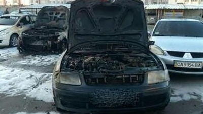 У Києві сталася масштабна пожежа, згоріло 5 авто: фото