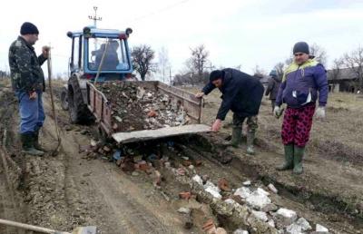 У Чернівецькій області жителі села самостійно взялися за ремонт дороги