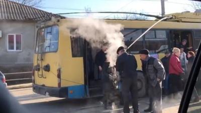 «Люди втікали від нестерпного диму»: у Чернівцях задимілась штанга тролейбуса (ВІДЕО)