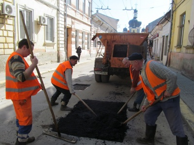 У Чернівцях стартував ямковий ремонт доріг: першими латають центральні вулиці