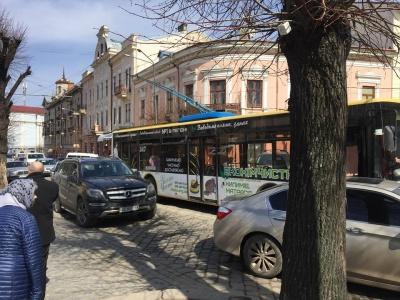 У Чернівцях після аварії на Героїв Майдану відновили рух тролейбусів