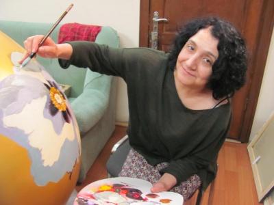 У Чернівцях художниця пише золоту писанку з півонією, яку представлять у центрі міста