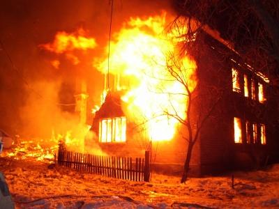 Рятувальники на Буковині витягнули з палаючого будинку сплячого чоловіка