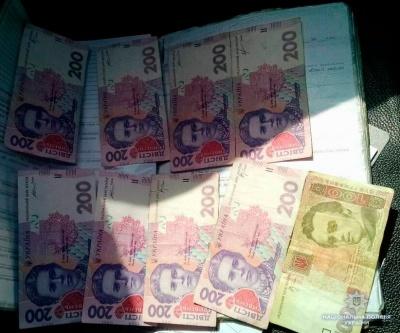 Порвав документи і трощив меблі: на Буковині поліція вгамовувала неадекватного грабіжника