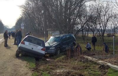 На Буковині під час обгону зіткнулись три автівки: одна з них перекинулась на бік