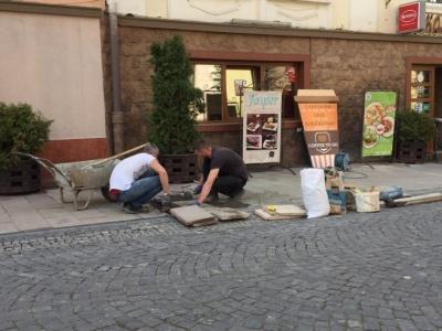 У центрі Чернівців власник бару ремонтує тротуар за власні кошти