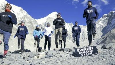 Українка з групою відчайдухів встановила незвичний рекорд на Евересті: відео