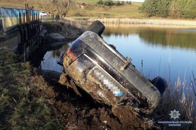 На Тернопільщині автомобіль злетів у ставок. Загинули троє осіб