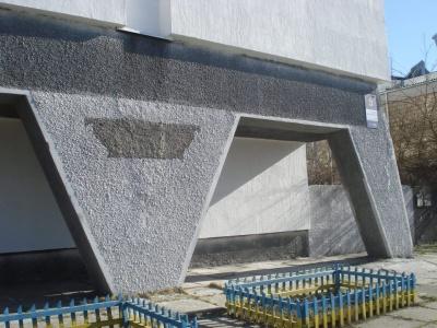 У Києві невідомі викрали з фасаду будинку меморіальну дошку відомому кінорежисеру з Буковини