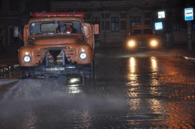 У Чернівцях комунальники почали нічне миття вулиць