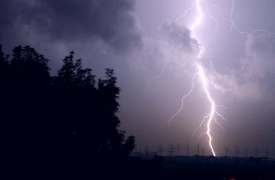 На Буковині оголосили штормове попередження: до кінця дня можливі грози й пориви вітру