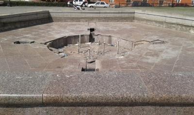 «Повно окурків, сміття та скла»: мешканці Чернівців скаржаться на чистоту фонтанів