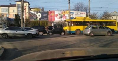 У Чернівцях сталася ДТП за участю тролейбуса (ФОТО)