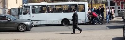 У Чернівцях маршрутка застрягла в ямі: пасажирам довелося її штовхати