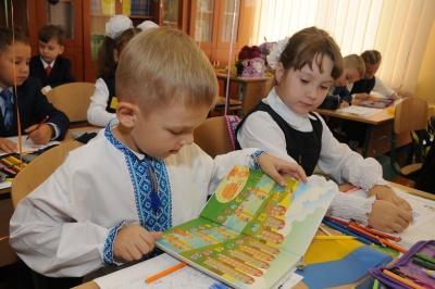 Освітяни пояснили, чому у Чернівцях дітей поки що не записують до першого класу