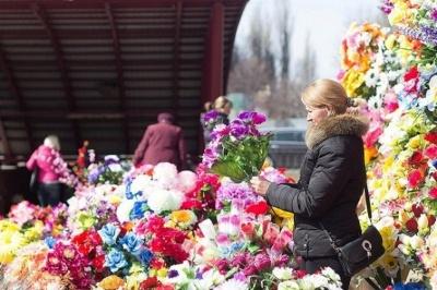 «Замість штучних квітів – молитва»: священики просять не нести у Провідну неділю пластикові квіти та вінки