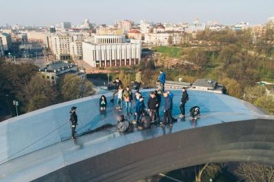 У Києві група руферів вибралася на Арку дружби народів