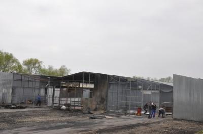 У Чернівцях на Калинівському ринку почали відбудовувати контейнери, які згоріли у пожежі