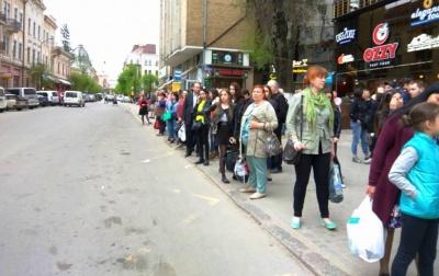 У Чернівцях раптово припинили курсувати маршрутки: на зупинках утворились натовпи пасажирів