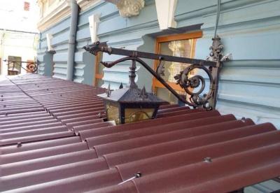 Ліхтар «вмонтували» у дах: мережу здивувала дивна конструкція над літнім майданчиком у центрі Чернівців