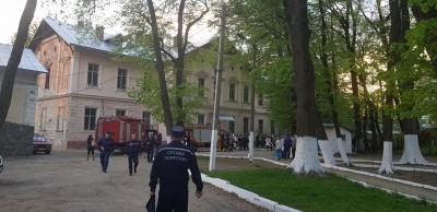 У Чернівцях рятувальники ліквідували пожежу на території психлікарні