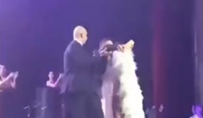Співачку з Буковини під час концерту ледь не збив з ніг шанувальник у Росії (ВІДЕО)