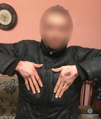 Прикладав гарячу ложку до тіла: на Буковині чоловік катував свого сусіда