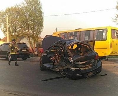 Поблизу Івано-Франківська легковик врізався у маршрутку. Є загиблі й постраждалі