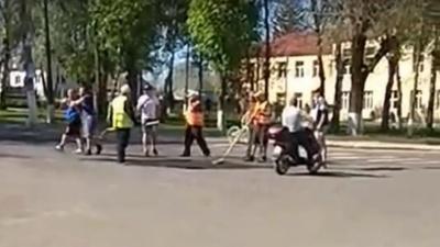 На Буковині комунальник відгамселив лопатою перехожого, бо той зробив йому зауваження про асфальтування дороги