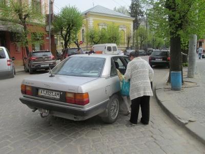 «Найчастіше забувають вночі»: у службах таксі Чернівців розповіли, які речі гублять пасажири