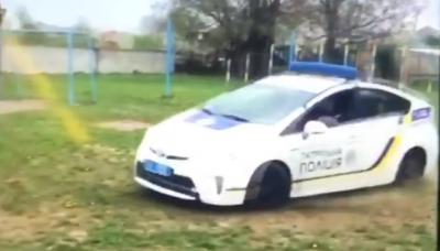 У Чернівцях поліція проведе службове розслідування щодо патрульного, який влаштував гонки на спортмайданчику
