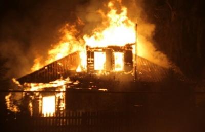 На Буковині чоловік, який напідпитку спалив будинок сусіда, отримав два роки умовно