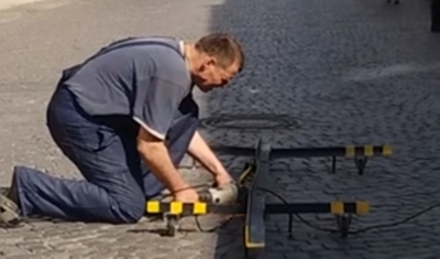 У Чернівцях на пішохідній вулиці демонтували залишки конструкції «Пам'ятника корупціонеру»