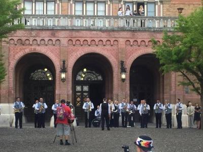 У Чернівцях на території університету влаштували вечірній концерт із танцями та оркестром
