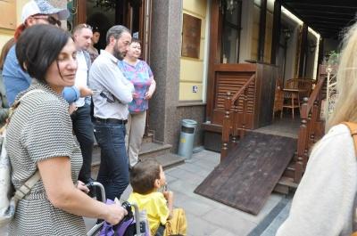 «Не встигли зробити»: у Чернівцях більшість літніх майданчиків не облаштовані пандусами (ФОТО)