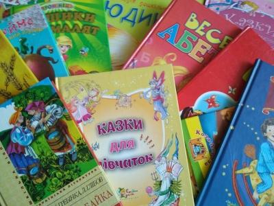 У Чернівцях гімназисти передали партію українських книг діаспорі з Молдови