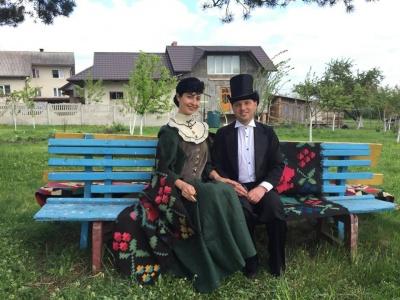 На Буковині лауреати премії імені Кобилянської висадили яблуні до ювілею письменниці (ФОТО)