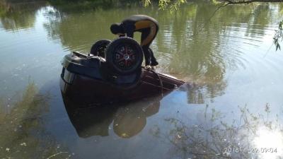 У Запорізькій області авто вилетіло в озеро. Загинула жінка