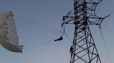 На Коломийщині парашутист заплутався у лініях електропередач (ВІДЕО)