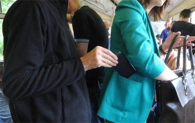 """Кишенькар тричі за два місяці """"обчищав"""" пасажирів тролейбусів у Чернівцях"""